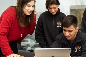 Educación personalizada - alumnos y profesora